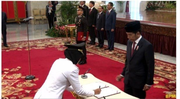 Chusnunia Chalim disaksikan Presiden Joko Widodo saat penandatanganan berita acara pelantikan