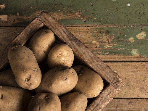 https://pixabay.com/photos/potato-potato-basket-board-old-2277455/