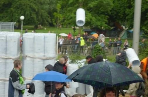 Montag, 20.Juni, Stuttgart: Polizei-Agent Provocateur wirft auf besetzter Baustelle Baumaterial über Bauzaun