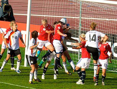 Seriestarten i fotball for kvinner og menn flyttes til slutten av mai