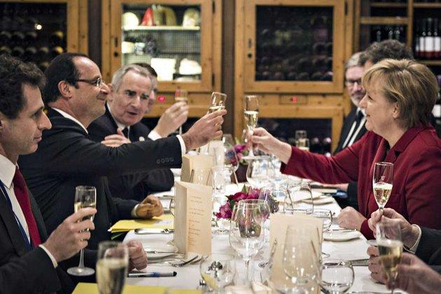 Dans son assiette, François Hollande a eu la désagréable surprise de découvrir, des asperges, un légume qu'il déteste. © REUTERS