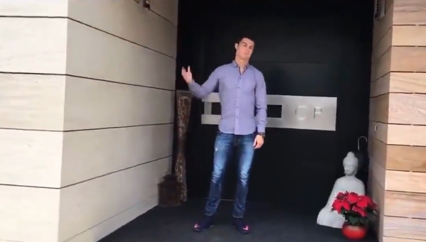 video pour no l cristiano ronaldo fait visiter sa maison radio1 tahiti. Black Bedroom Furniture Sets. Home Design Ideas