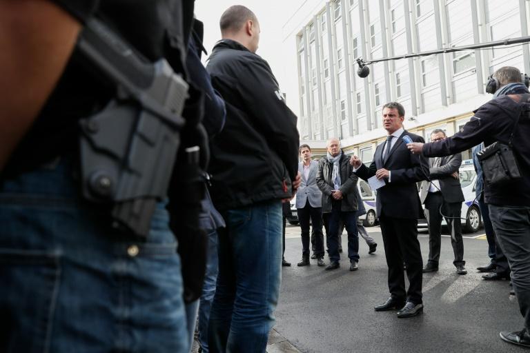 Le Premier ministre Manuel Valls s'adresse aux policiers le 10 octobre 2016 au commissariat de Juvisy-sur-Orge. © AFP