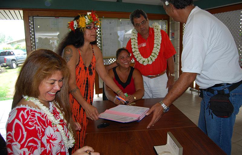 """C'est en présence du président du pays Edouard Fritch et du ministre du logement, Tearii Alpha, que les entrepreneurs ont signé leur participation à la construction des fare OPH mardi matin. Sur la photo, Windina Roometua, a reçu deux lots, """"Papeete 1"""" et """"Papeete 2"""" © OPH"""