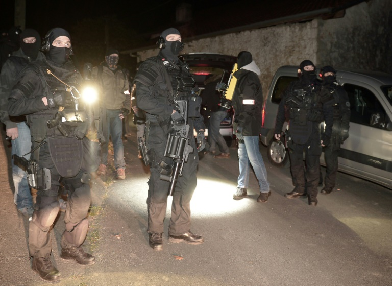 Des policiers du Raid et de la PJ sécurisent les lieux après une opération anti-terroriste visant une cache d'armes présumée de l'ETA, le 16 décembre 2016 à Louhossoa (Pyrénées-Orientales). © AFP