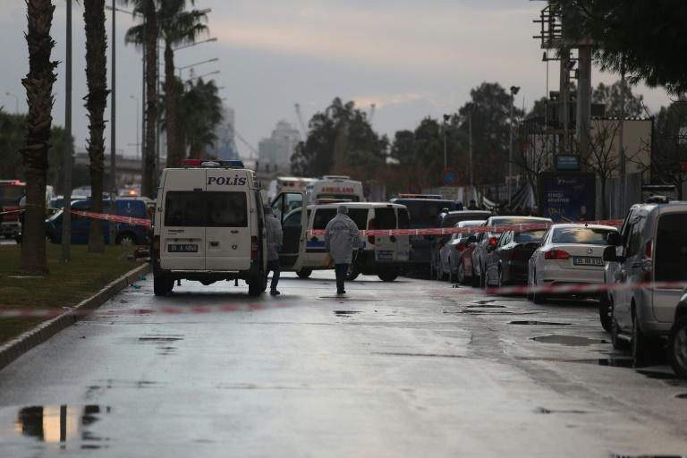 Policiers et secours sur le site d'une attaque à la voiture piégée, le 5 janvier 2017 à Izmir en Turquie. © AFP