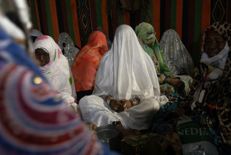 Des jeunes femmes, la face voilée, lors d'un mariage collectif le 21 décembre 2016 à Aïn-Salah en Algérie. © AFP