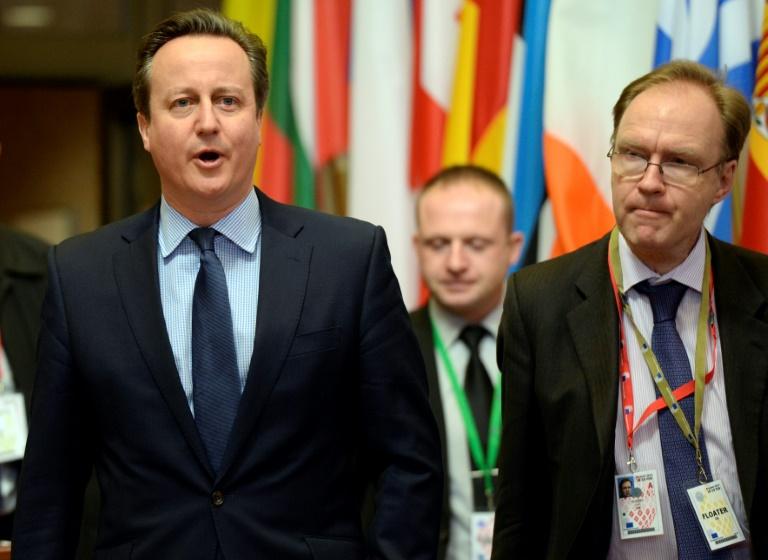 L'ambassadeur britannique auprès de l'Union européenne Ivan Rogers (D) avec l'ancien Premier ministre britannique David Cameron (G) à Bruxelles le 19 février 2016. © AFP
