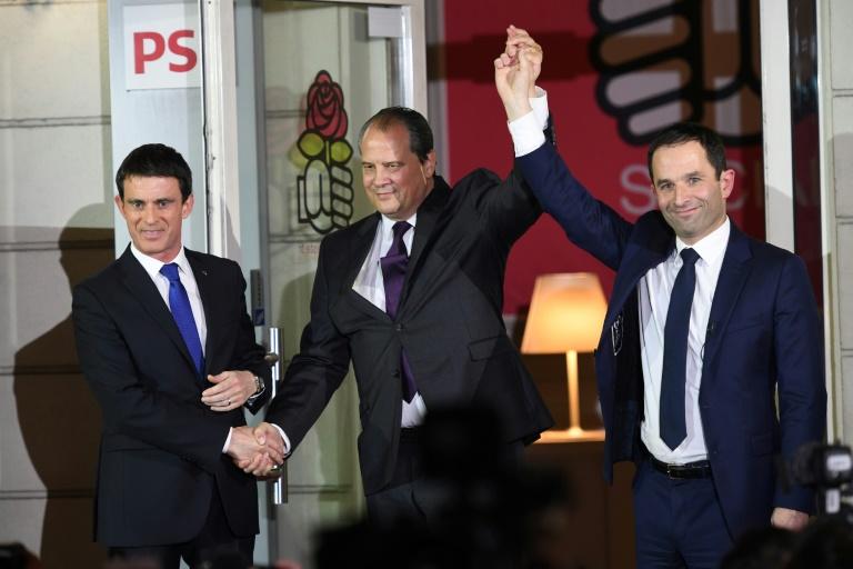 Benoît Hamon (D) vainqueur de la primaire élargie du PS, Manuel valls (G) et Jean-Christophe Cambadelis (C), 1er secrétaire du PS, le 29 janvier 2017 à Paris . © AFP