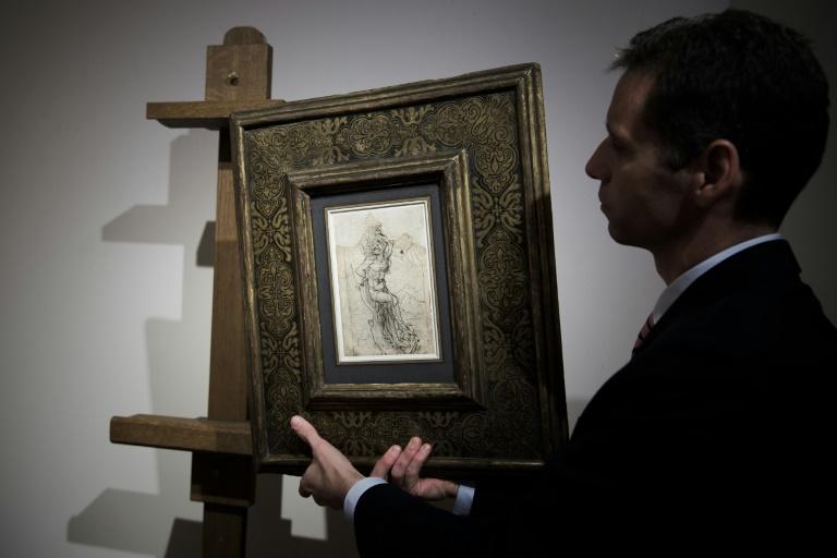 Un employé de la maison Tajan montre un dessin de Léonard de Vinci, évalué 15 millions d'euros, à Paris le 13 décembre 2016. © AFP