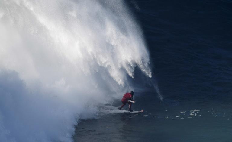 Le surfeur brésilien Marcelo Luna, le 17 décembre 2016 à Nazaré, station balnéaire du centre du Portugal. © AFP
