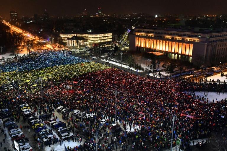 Des dizaines de milliers de Roumains dans la rue pour le 13e jour consécutif, afin de demander la démission du gouvernement, le 12 février 2017 à Bucarest . © AFP