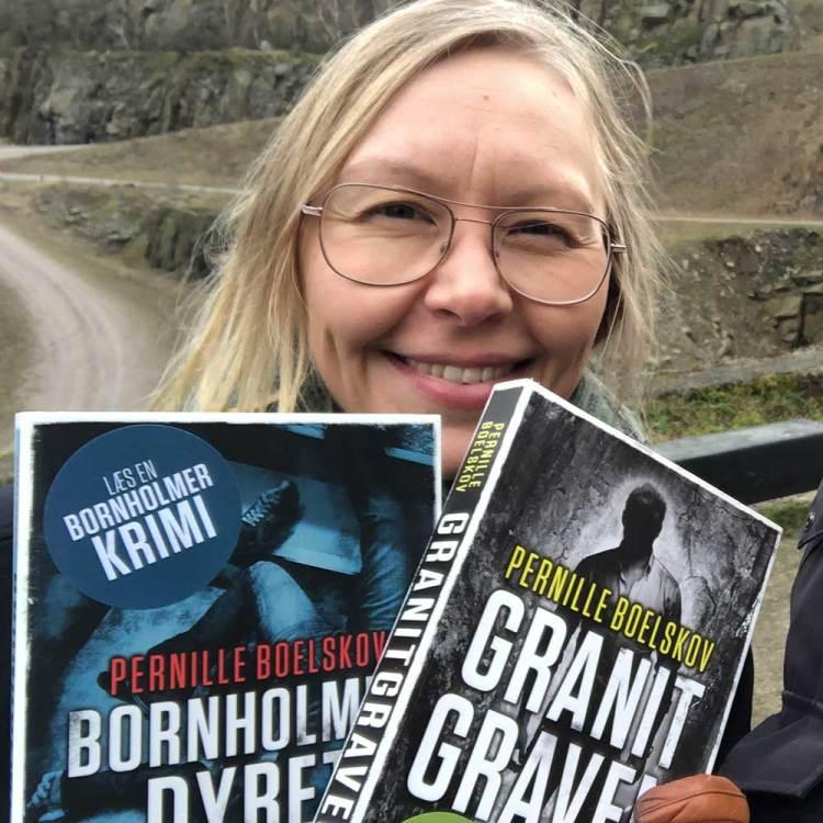 Pernille Boelskov med to bøger i hånden