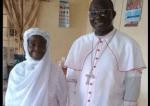 Photo touchante d'un prêtre catholique et sa mère musulmane
