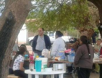 El Obispo Jiménez durante la visita a las familias asentadas en San Carlos. Foto gentileza FM La Voz