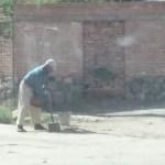 Un vecino decidió arreglar la calle por su propia cuenta