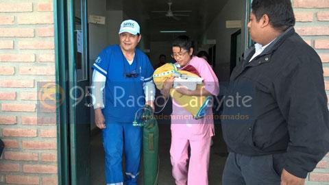 Personal del hospital trasladó hacia el helicóptero a la bebe
