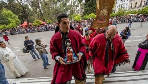 Los gauchos peregrinos de Cafayate al ingresar en la Catedral de Salta. Foto gentileza El Tribuno