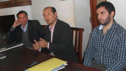 El abogado Carlos Saravia(al centro) junto a dos integrantes de la familia Peñalva Arias