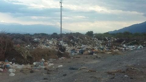 Ante el colapso de la trinchera comenzó a depositarse la basura al costado del camino de ingreso al vertedero