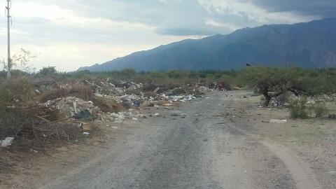 La basura comenzó a tirarse en el camino de acceso al vertdero