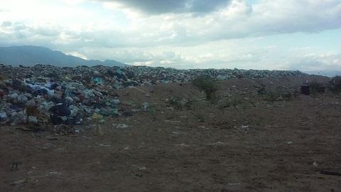 La imagen muestra la altura de la basura a cielo abierto por encima de los ya irregulares terraplenes construidos
