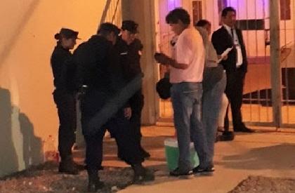 Vázquez con la conservadora que intentaba entrar con bebidas