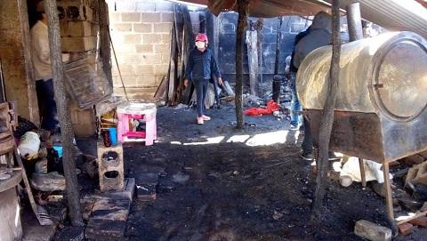 La limpieza de la casa incendiada requirió varias camionadas