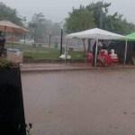 La lluvia trajo alivio pero complicó la visita al cementerio por el Día de las Almas