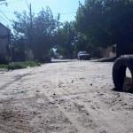 Vecinos de la calle Chacabuco señalizaron con una cubierta un enorme bache