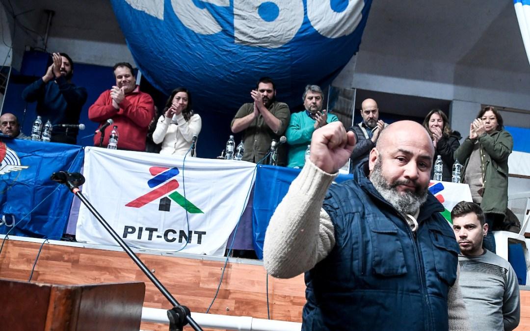 Trabajadores de Montevideo Gas en la Asamblea de Banca Oficial del sindicato AEBU en el Club Platense de Montevideo. Foto: Javier Calvelo/ adhocFOTOS