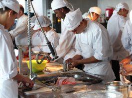 Imatge d'arxiu de la cuina d'un restaurant amb cuiners treballant al Baix Empordà
