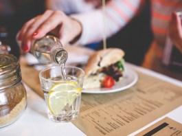 Cinc restaurants del Baix Empordà hauran d'oferir aigua de l'aixeta de manera gratuïta
