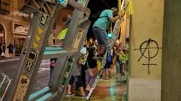 Ciutadans de la Bisbal tornen a penjar llaços grocs a Les Voltes. Fotografia: Manel Magrinyà