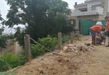 Operaris arreglant la barana del camí de ronda a Palamós | Imatge de l'Ajuntament