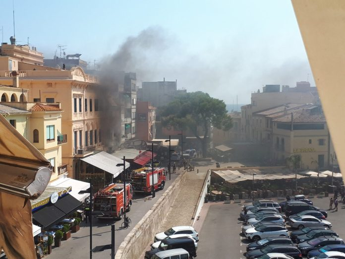 Els Bombers han desallotjat el local per precaució. Foto: Miquel Strubell