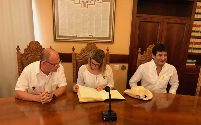 Joan Loureiro, Elsa Artadi i Martí Aldrich a la Sala de Plens de Begur   Imatge de Ràdio Capital