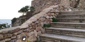 Camí de ronda, amb el castell de Sant Esteve al fons. Imatge de l'Ajuntament de Palamós
