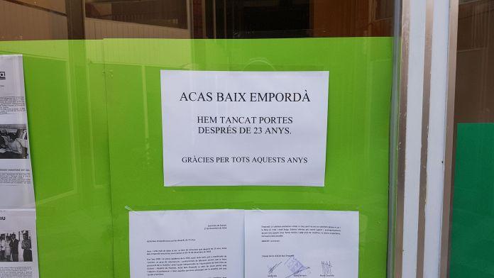 Cartell anunciant el tancament de l'ACAS al Baix Empordà | Imatge de Ràdio Sant Feliu