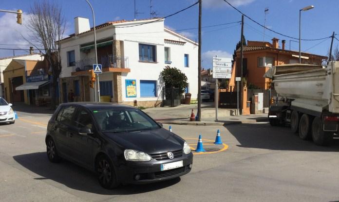 Prova pilot d'una rotona a l'avinguda Pompeu Fabra de Palafrugell | Imatge de l'Ajuntament