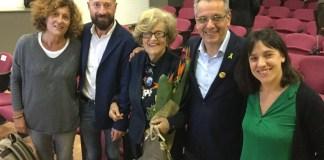 Els fills i la vídua de Jaume Guasch, Josep Piferrer, alcalde de Palafrugell, i Mònica Alcalà, regidora d'Educació de l'Ajuntament de Palafrugell. | Imatge de l'Ajuntament de Palafrugell