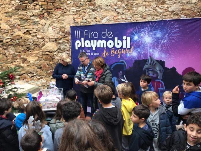 Moment de conèixer el guanyador a la III edició de la Fira Playmobil de Begur | Imatge de l'Ajuntament de Begur