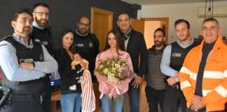 La mare, els agents de la Policia Local de Sant Feliu de Guíxols i l'alcalde Carles Motas