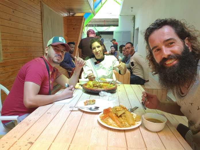 Àlex Subirà amb treballadors de l'hotel durant els àpats | Imatge d'Àlex Subirà