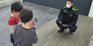 La Policia Local de Palafrugell felicitant l'aniversari a un nen durant el confinament | Imatge de l'Ajuntament
