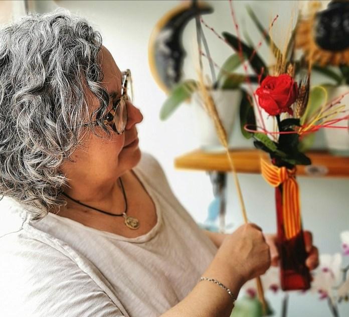 Joana Fernández preparant roses a l'Això Flors de Palafrugell