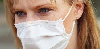Portar mascareta al Baix Empordà és obligatori des d'aquest dijous | Imatge d'arxiu d'una persona amb mascareta