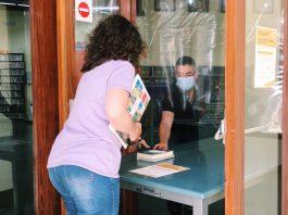 A la Biblioteca de Palafrugell entreguen els llibres fora el recinte després de la pandèmia del coronavirus   Imatge de l'Ajuntament