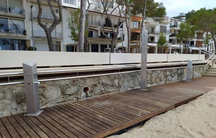 Dutxes a una de les platges de Palafrugell, Llafranc | Imatge de l'Ajuntament de Palafrugell