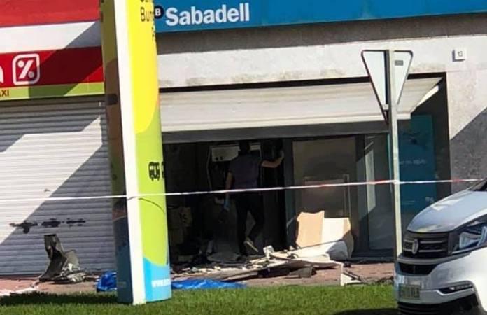 L'explosió del caixer del Banc Sabadell a Sant Antoni de Calonge | Imatge d'Oscar Fajardo